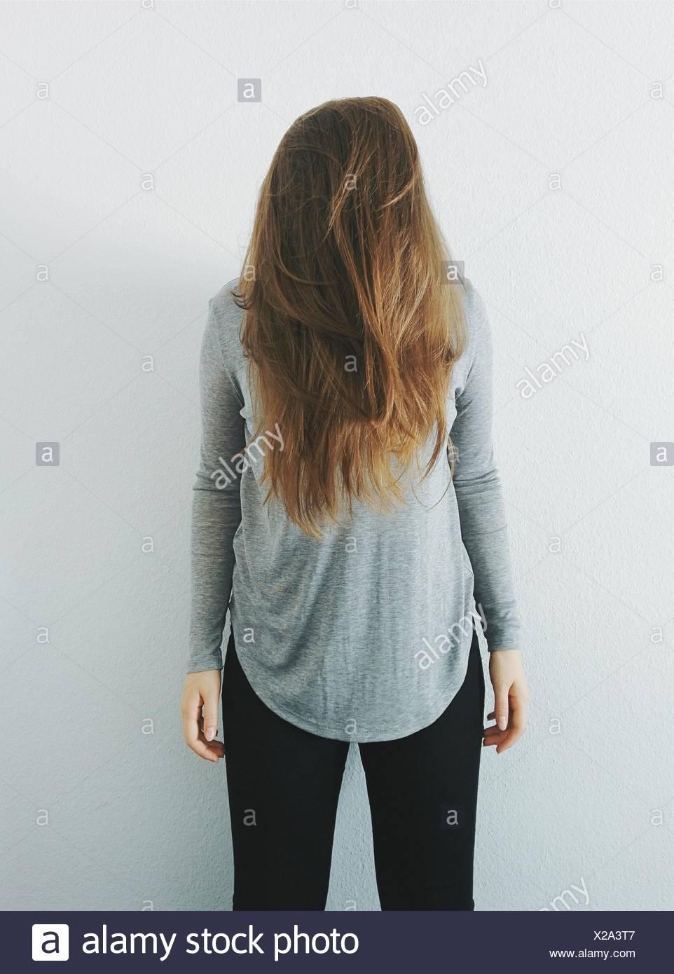 Donna che copre il volto con i suoi capelli Immagini Stock