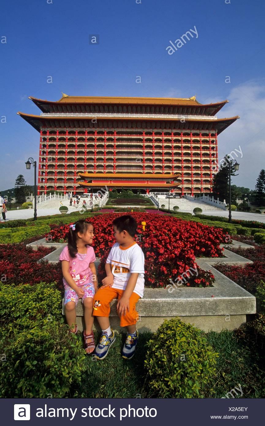 I bambini di fronte al Grand Hotel Costruito nel 1952 da Chiang Kai-shek ad accogliere gli ambasciatori stranieri in Taipei,anche Taiwan Immagini Stock