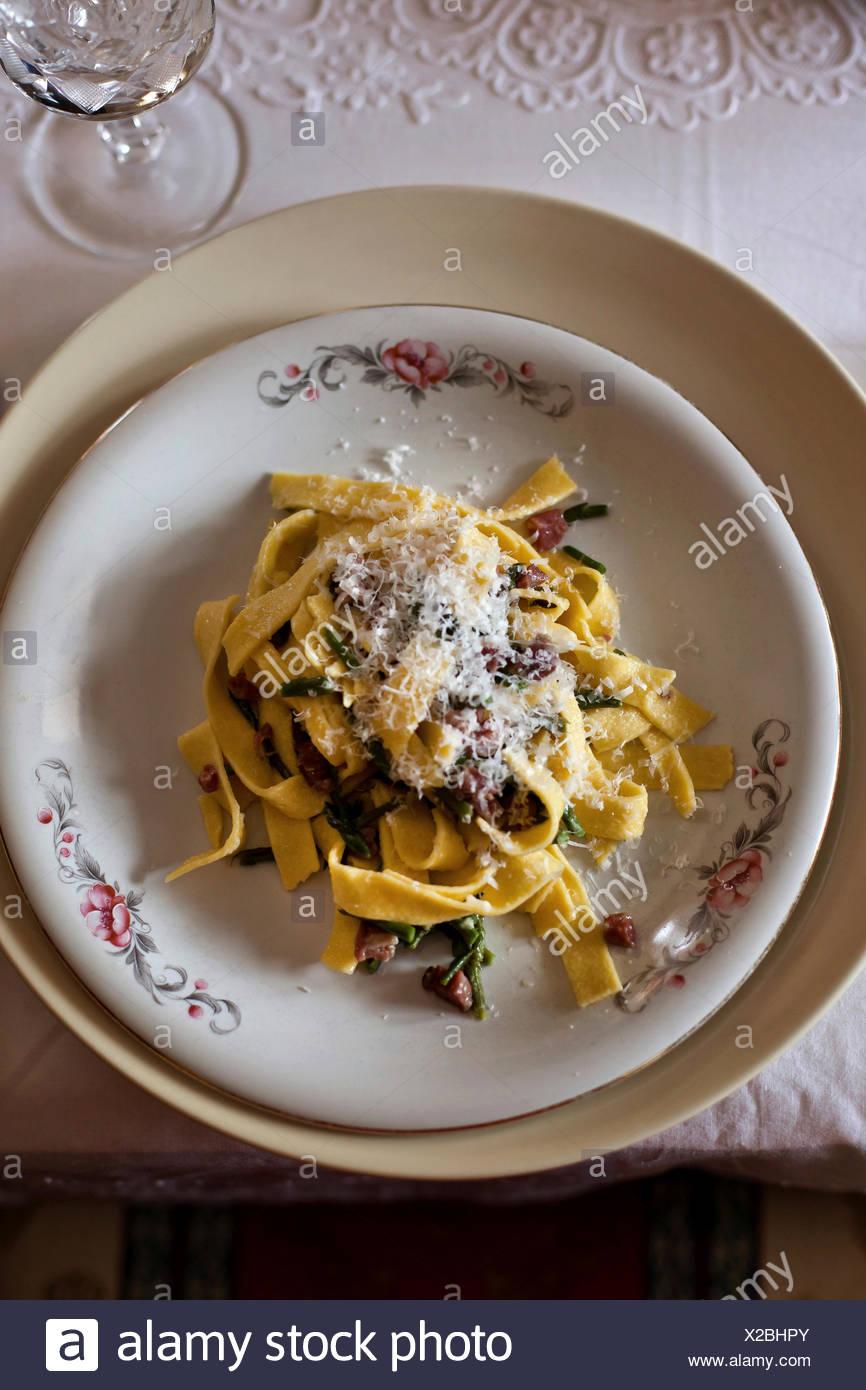 Tagliatelle con asparagi, pancetta e formaggio parmigiano su