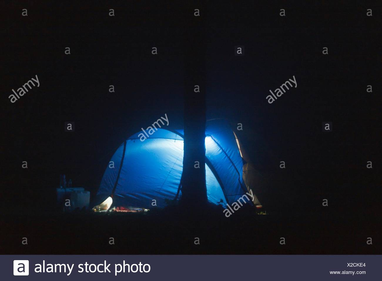 Blu cupola illuminata tenda sul campo di notte Immagini Stock