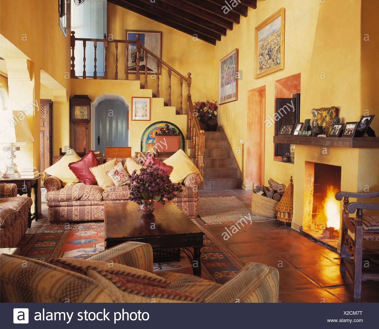 Comodi divani in giallo soggiorno con acceso il fuoco nel for Divani comodi