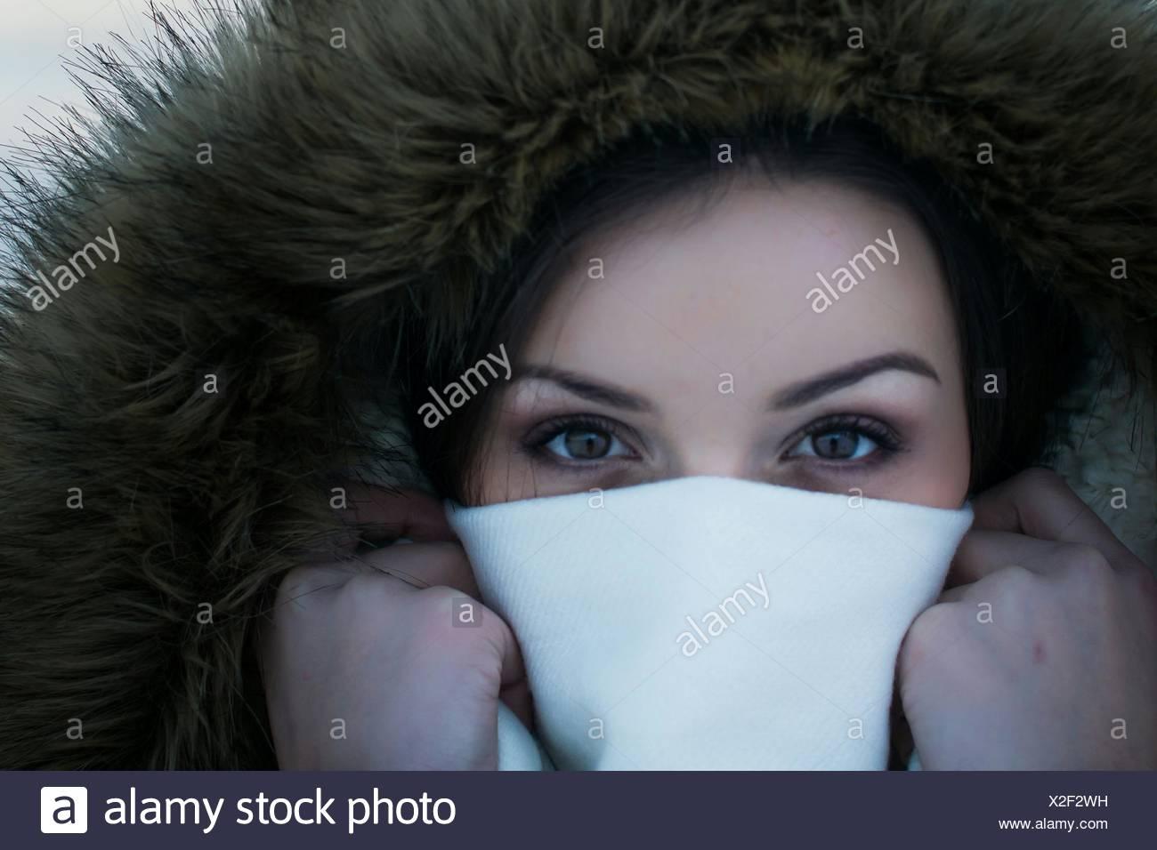 Close-Up Ritratto di giovane donna che ricopre la faccia con igienico Immagini Stock