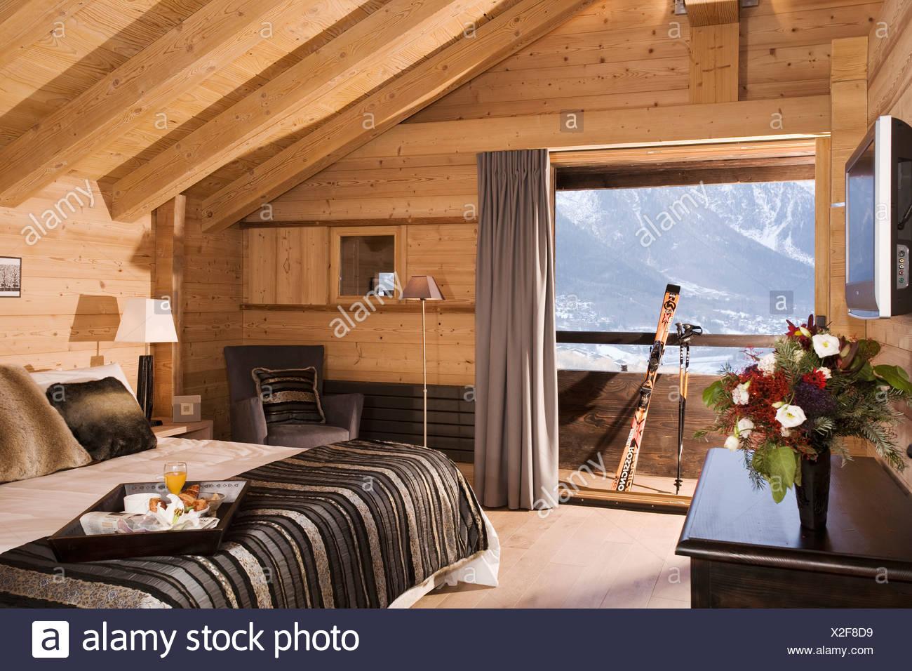 Letto nero coperchio sul letto in camera da letto moderna in chalet di montagna con pareti in for Pareti camera da letto moderna