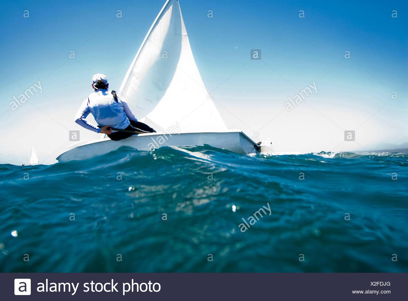 Un atleta femminile gare una barca durante una sessione di formazione in Messico. Immagini Stock