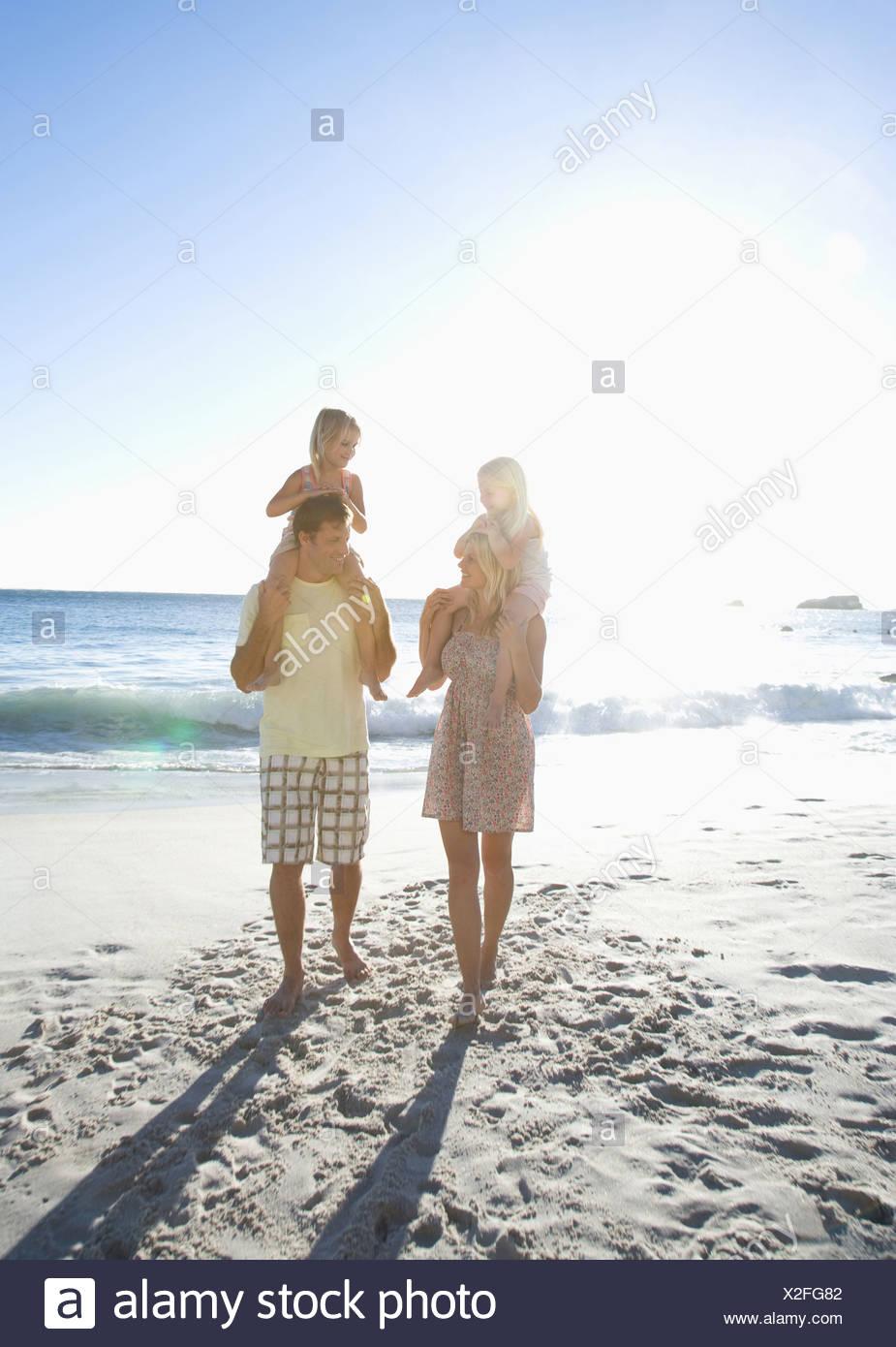 Famiglia sulla spiaggia Immagini Stock