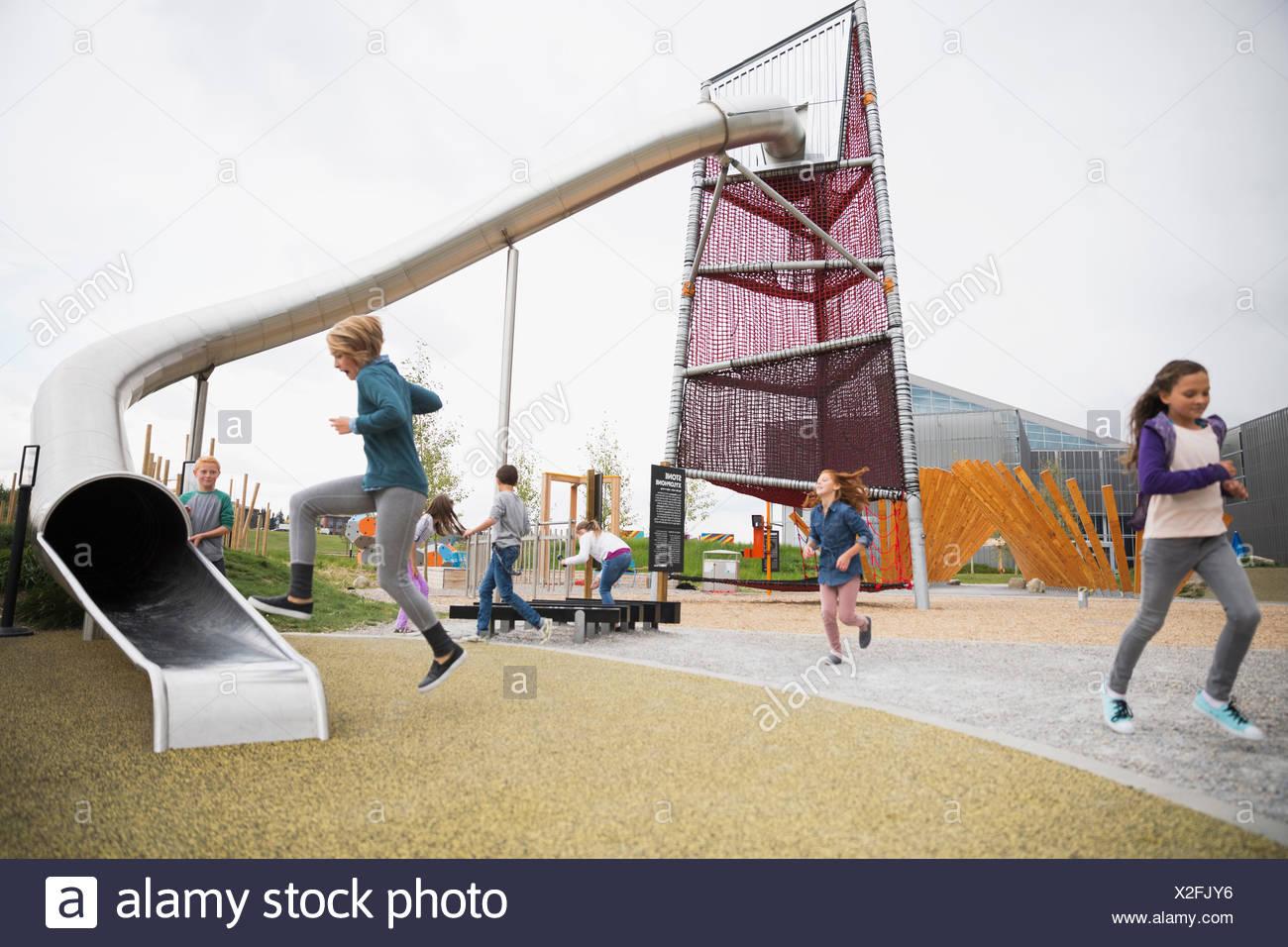 Bambini che giocano al parco giochi Immagini Stock
