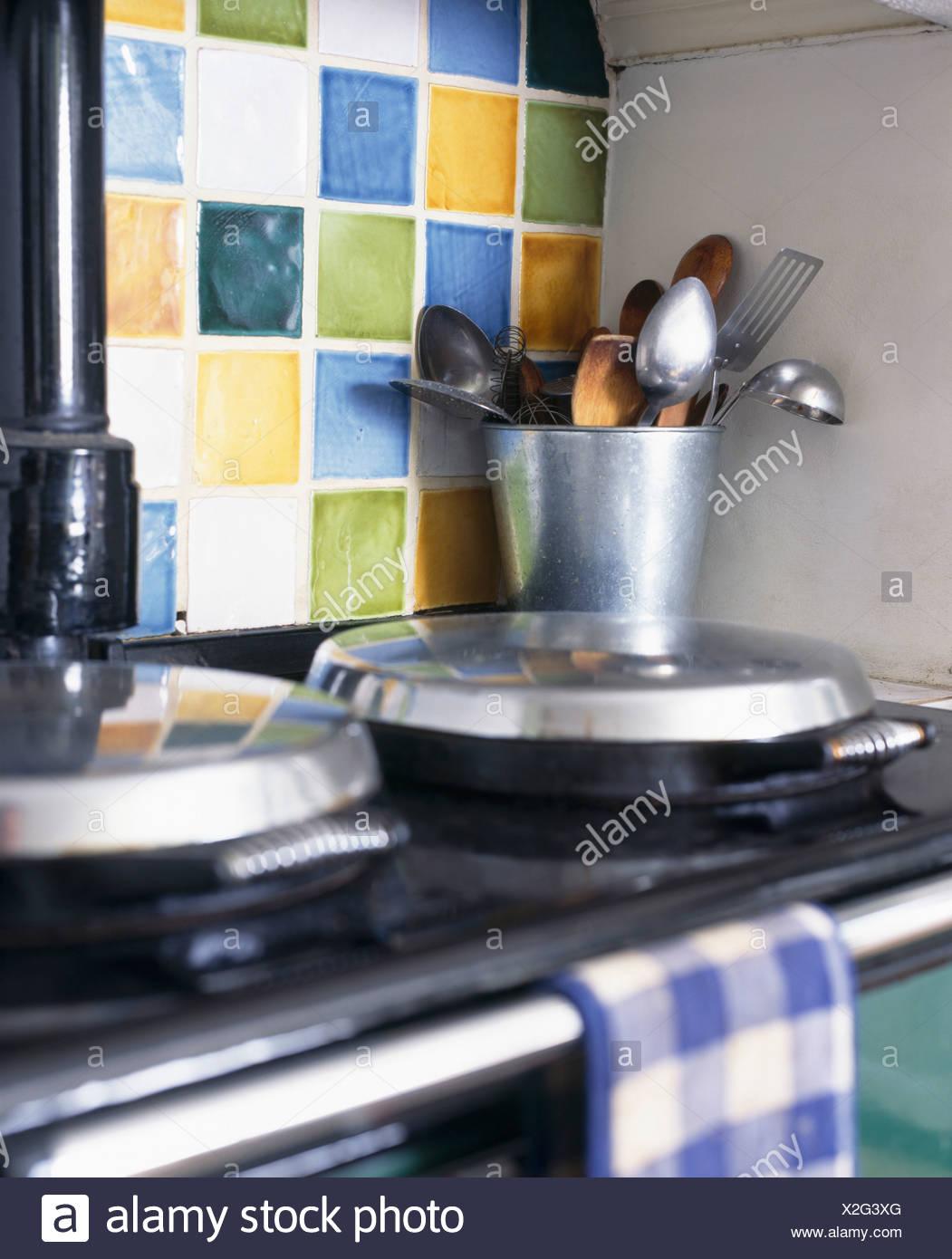Close-up di utensili da cucina in metallo sulla pentola Aga ...