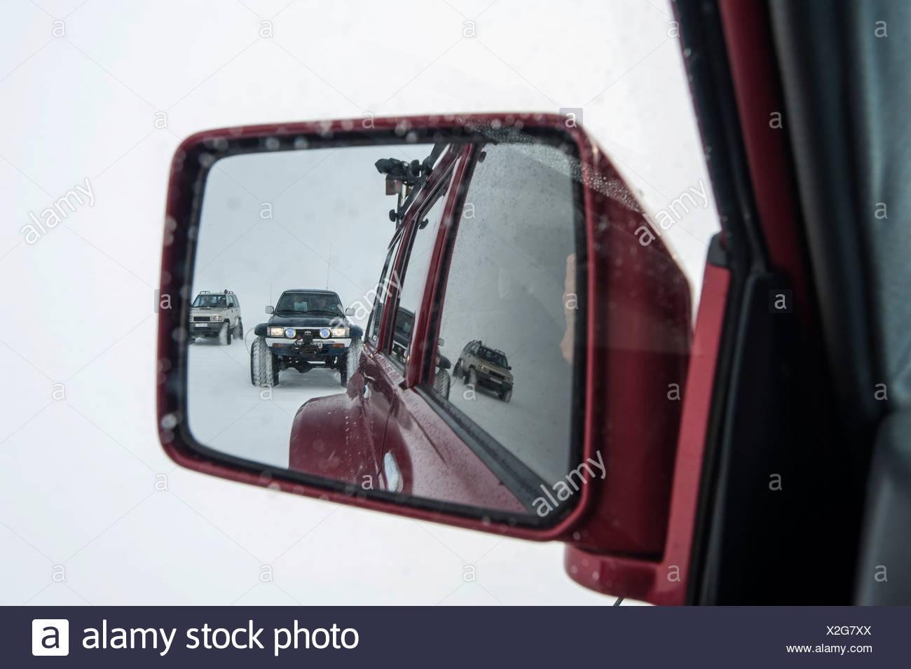 Super Jeep in un paesaggio invernale, vista nello specchietto retrovisore, ghiacciaio Vatnajoekull, islandese Highlands, Islanda, Europa Immagini Stock