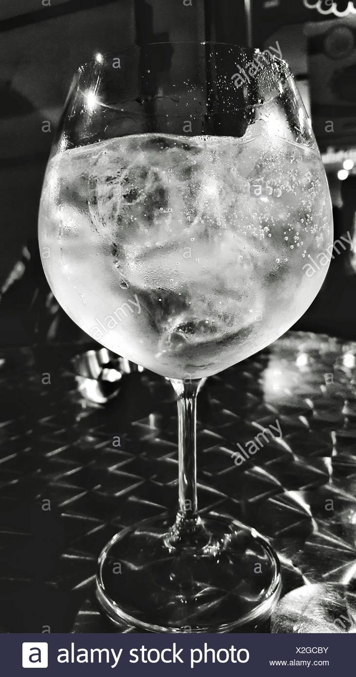 Close-Up di Gin Tonic bicchiere sul tavolo Immagini Stock