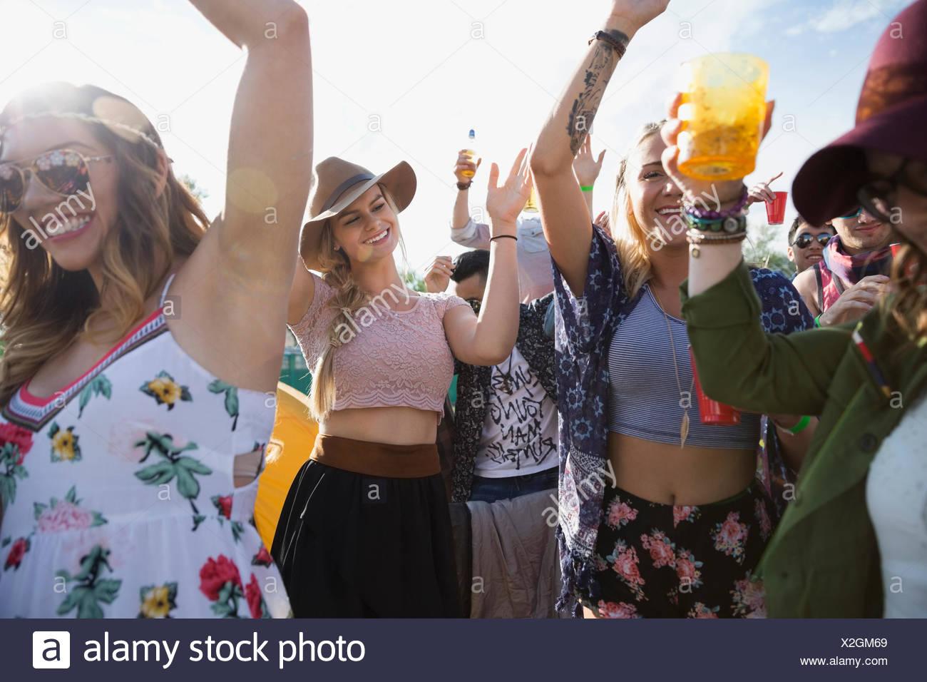 Giovane folla balli presso i festival estivi di musica Immagini Stock