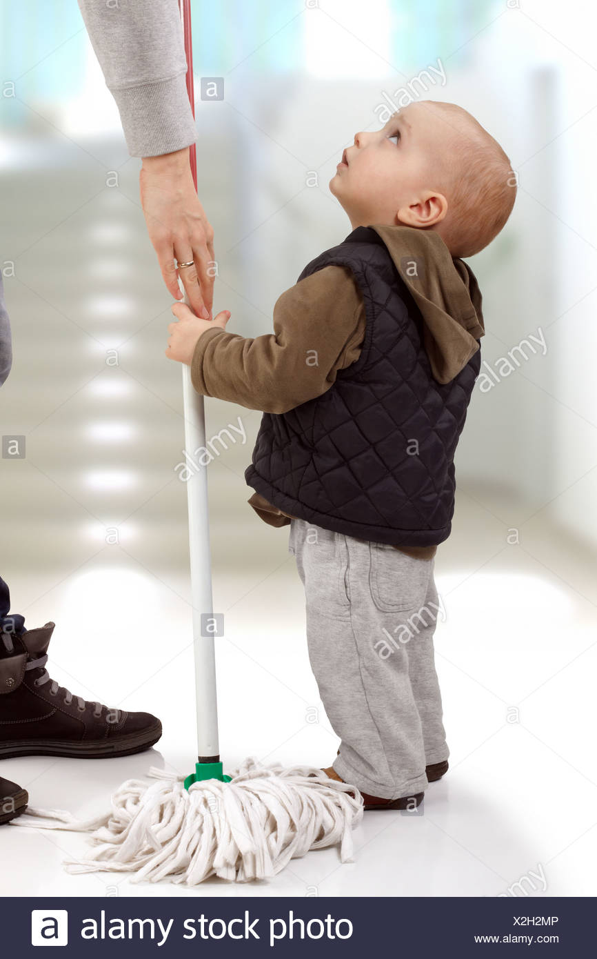 Bambino che chiede la mamma di lasciarsi aiutare lei Immagini Stock