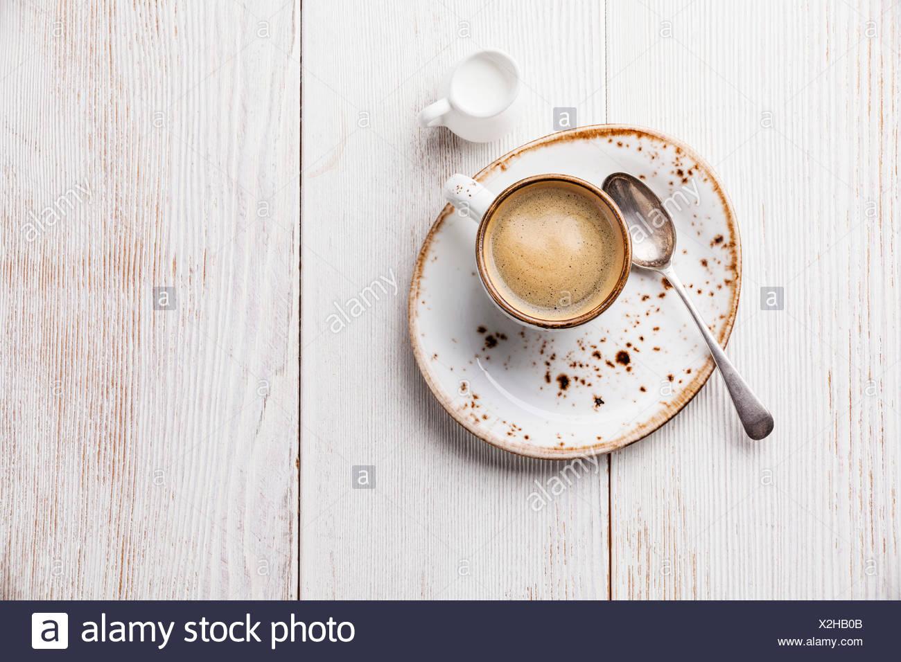 Tazza da caffè in bianco sullo sfondo di legno Immagini Stock