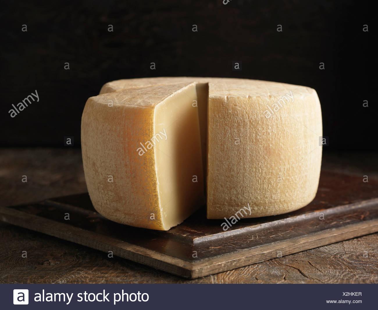 Ancora la vita con tutta la Ossau Iraty-formaggio Immagini Stock