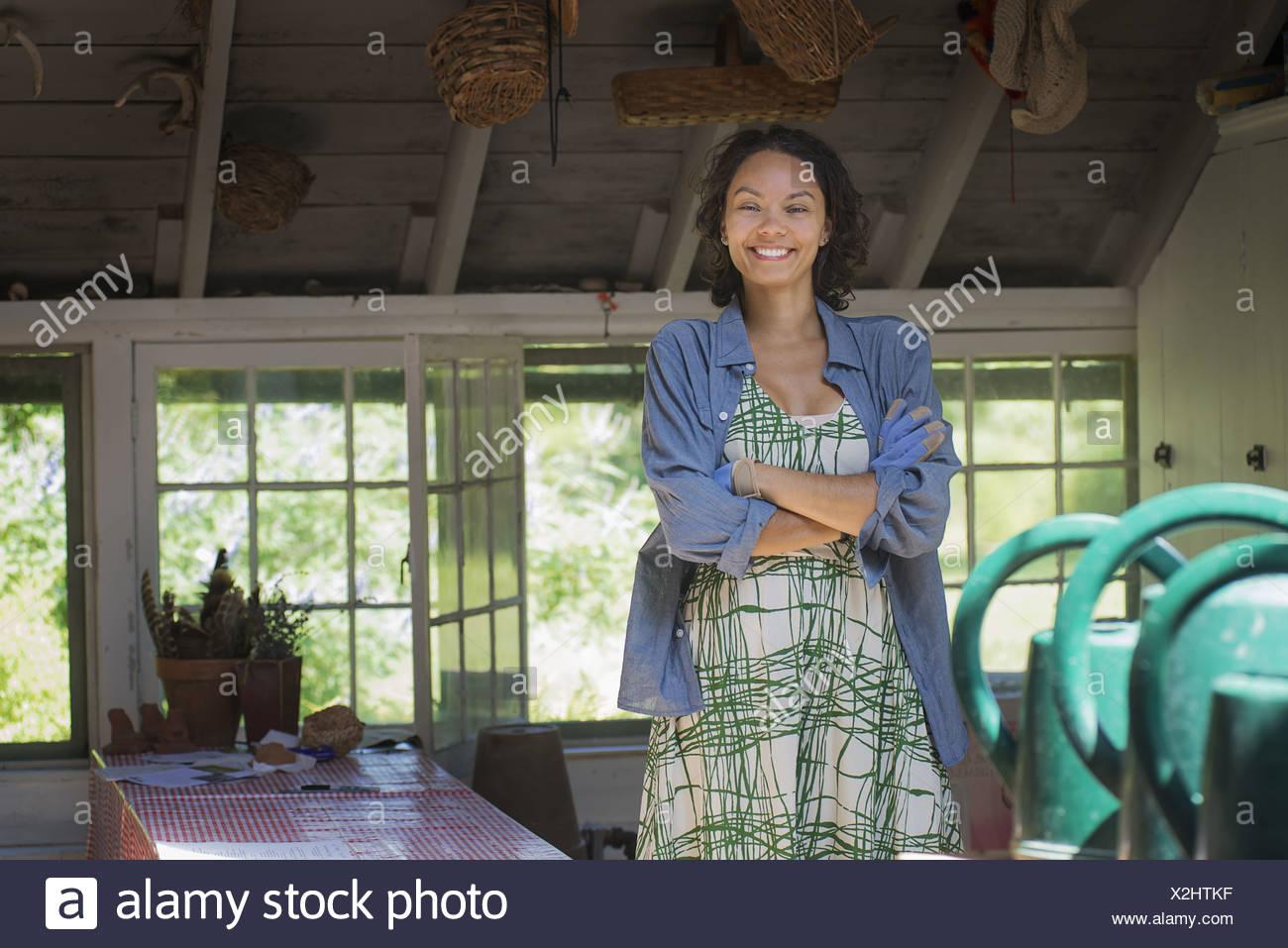 Lo stato di New York STATI UNITI D'AMERICA giovane donna agriturismo cucina con grandi finestre Immagini Stock