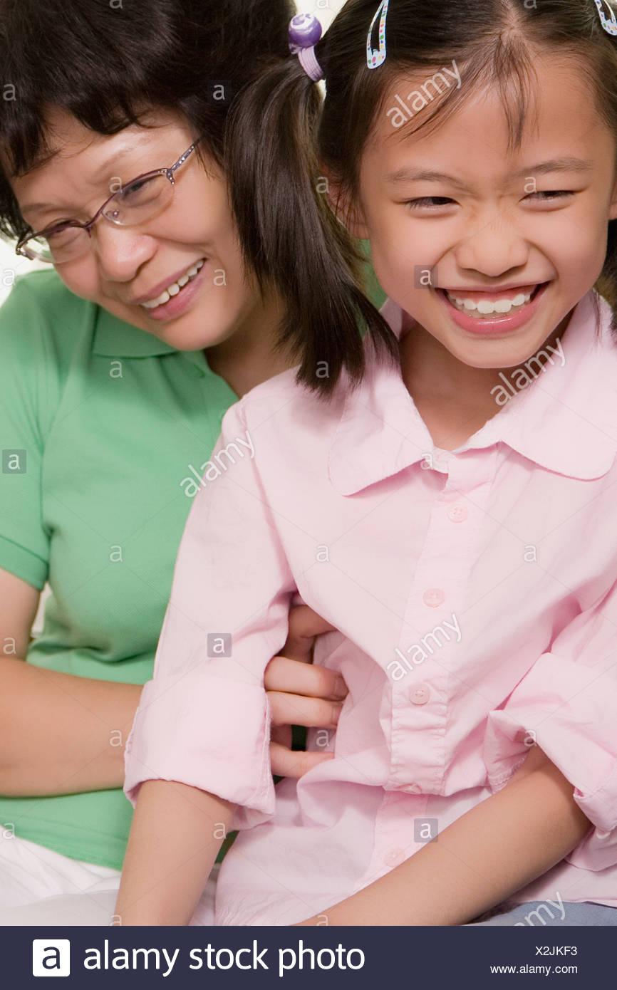 Close-up di una ragazza sorridente con sua nonna Immagini Stock