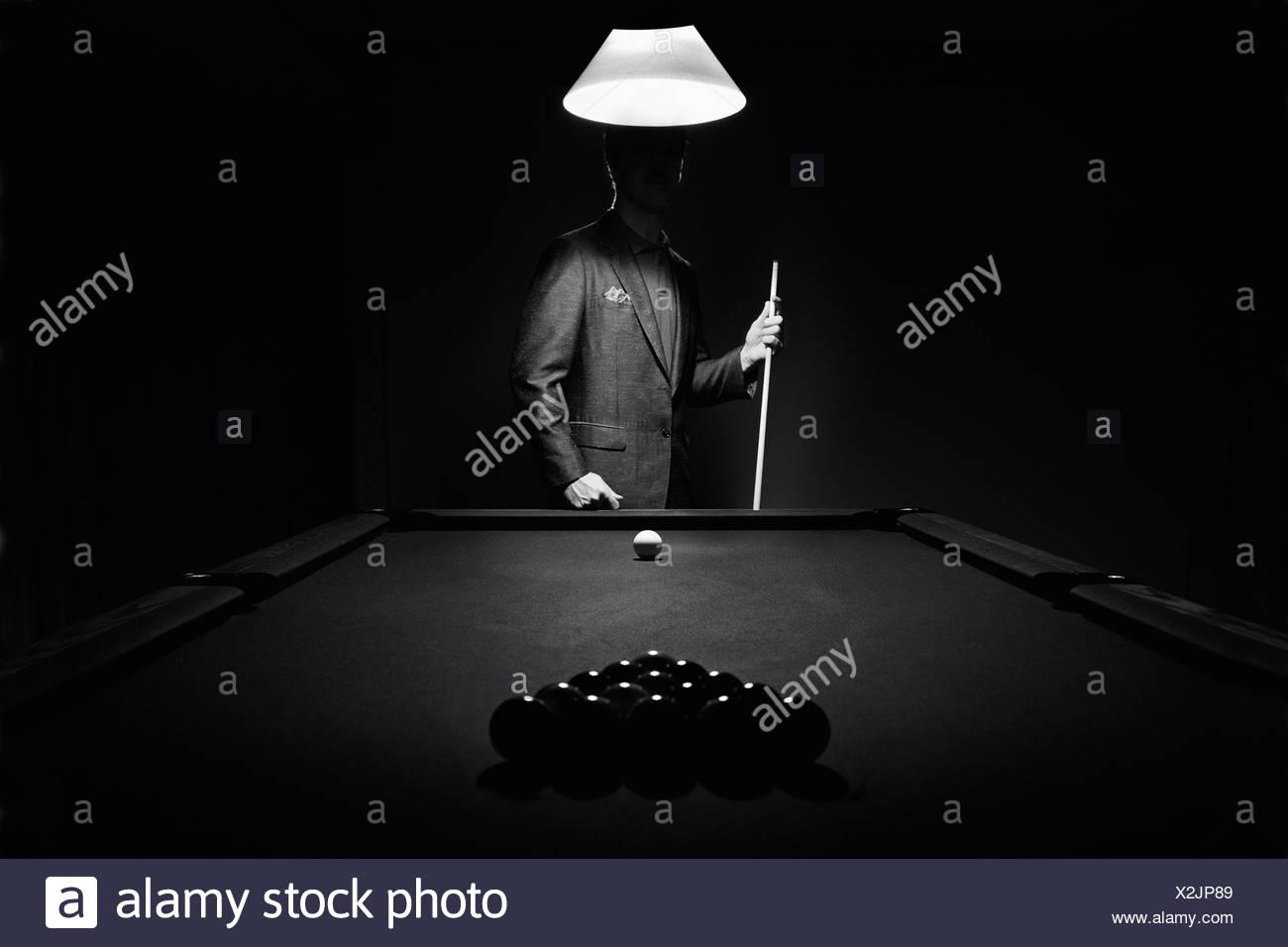 Mistero Piscina giocatore dietro cremagliera delle palle da biliardo; Edmonton, Alberta, Canada Immagini Stock