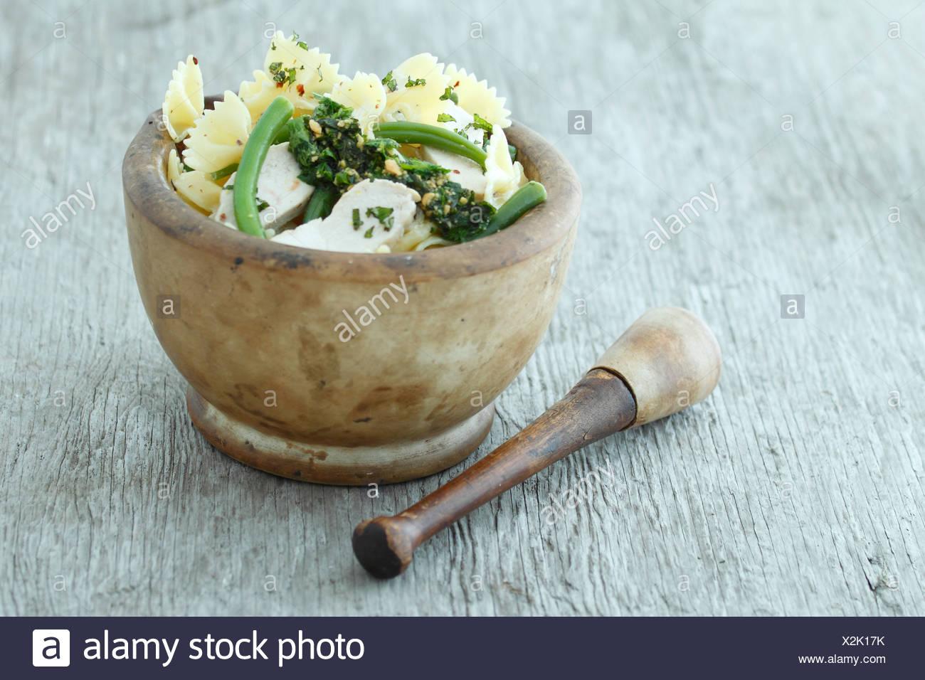 Pasta con i fagiolini, pollo e pesto. Ricetta disponibile Immagini Stock