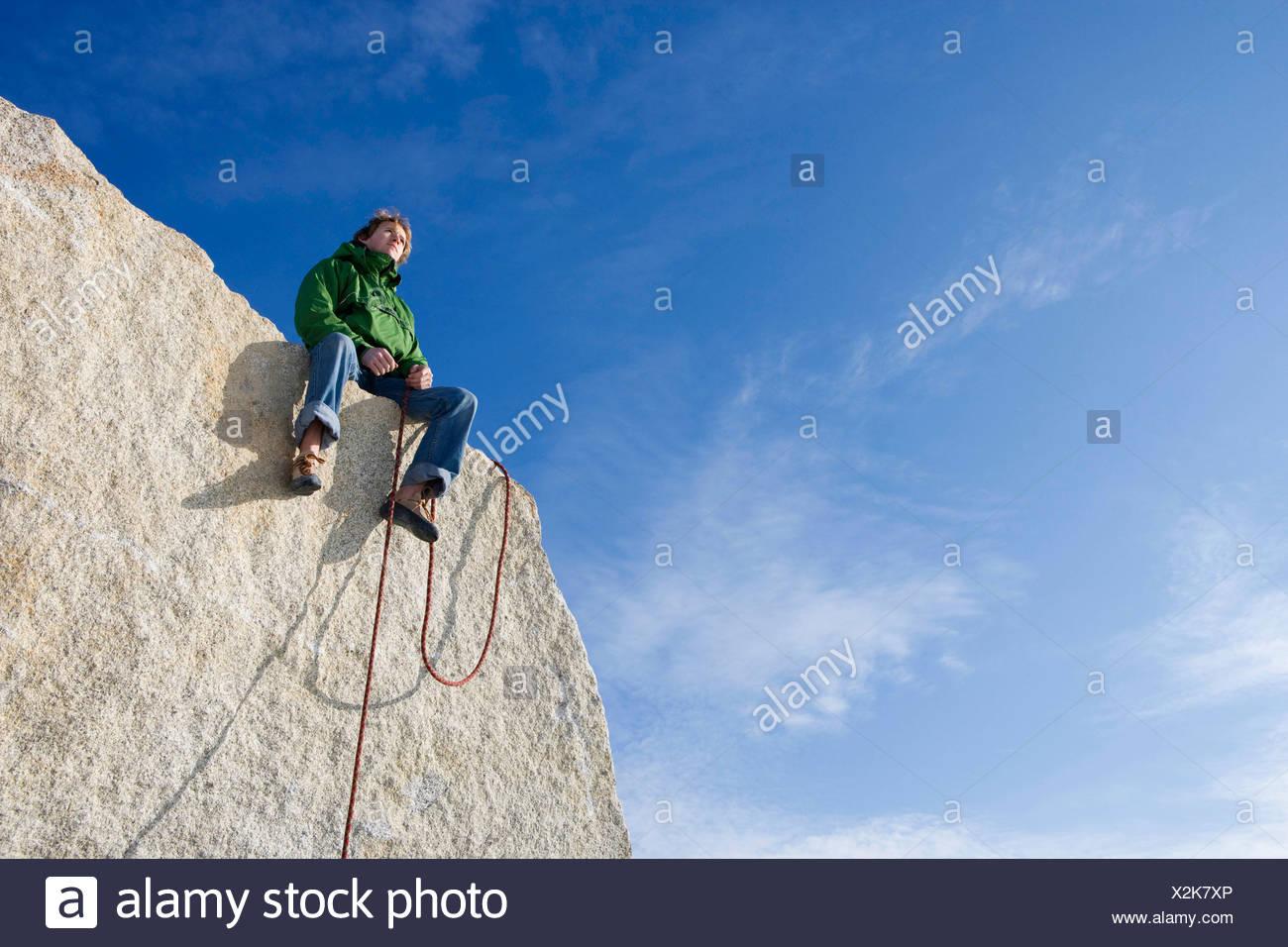 Scalatore seduta sul picco Immagini Stock