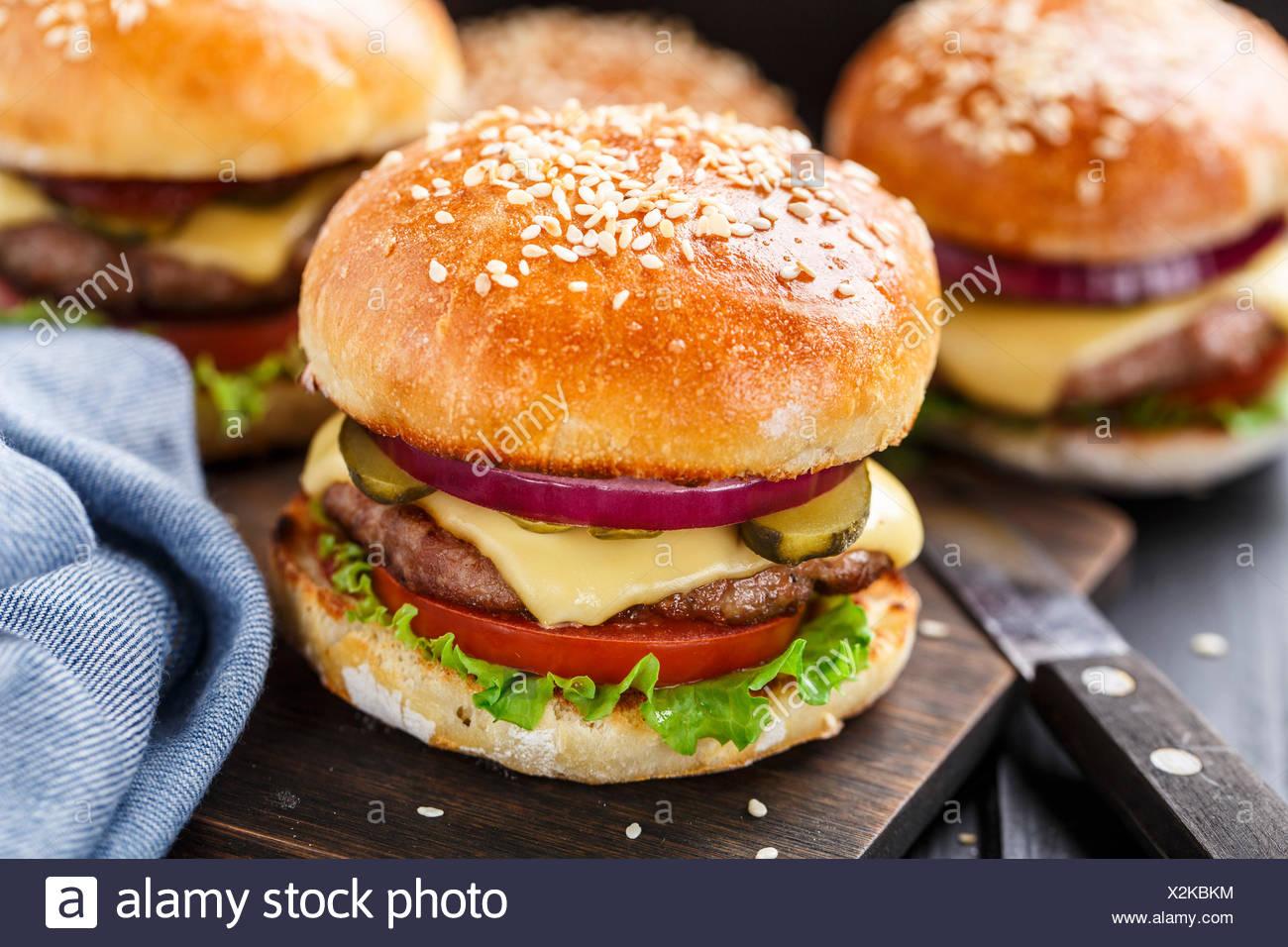 Deliziosi burger con carne di manzo, bacon, formaggio e verdure Foto Stock