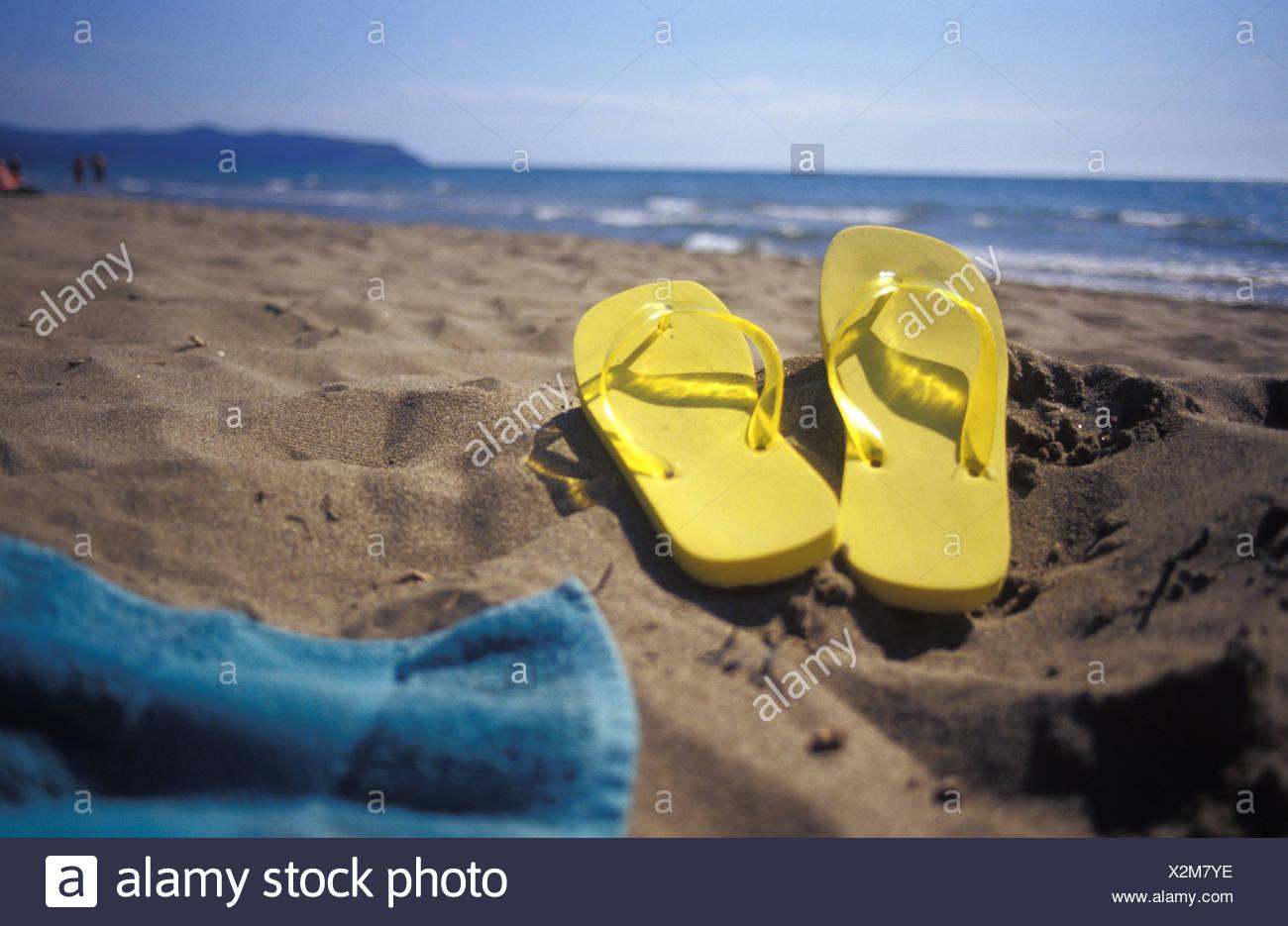 Il flip flop sulla sabbia in spiaggia Immagini Stock