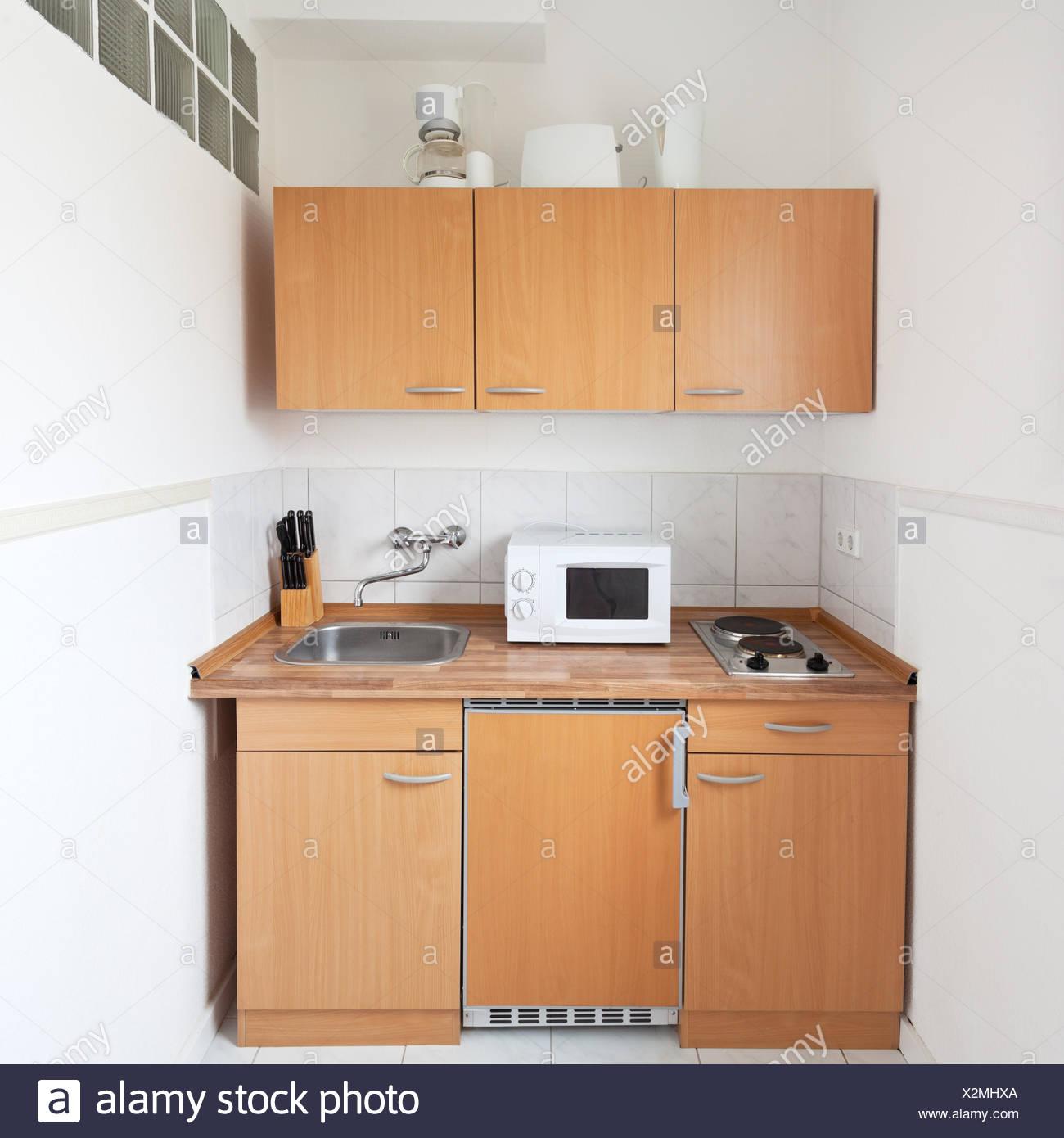 Cucina semplice con mobili e attrezzature per cucina Foto ...