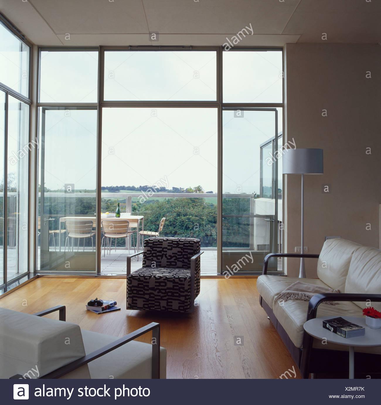 In pelle panna divano e poltrona modellata nel grande soggiorno ...