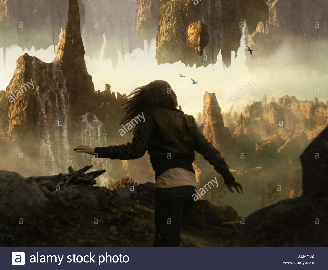 Ragazza che corre attraverso il paesaggio mistico Immagini Stock