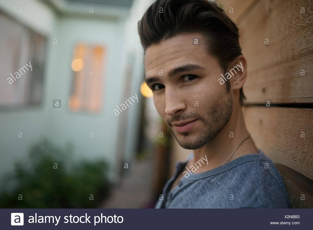 Ritratto fiducioso brunette uomo sul patio Immagini Stock