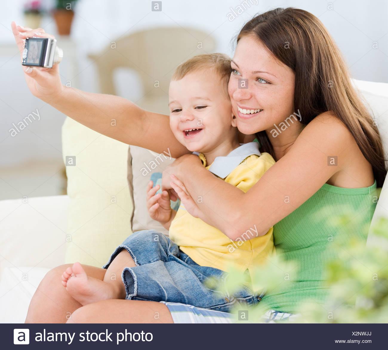 Madre facendo propria fotografia con baby Immagini Stock