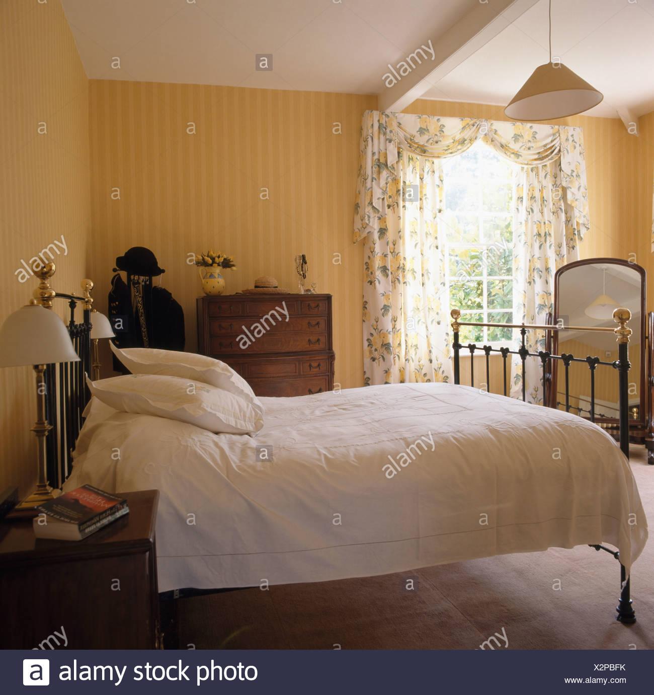 Interiors bedroom yellow wallpaper immagini interiors bedroom yellow wallpaper fotos stock alamy - Letto in ottone rovinato ...