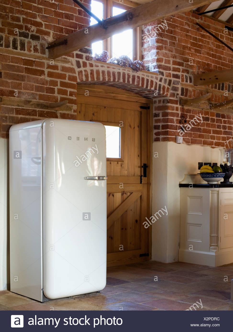 Bianco grande frigorifero Smeg nella conversione del granaio ...