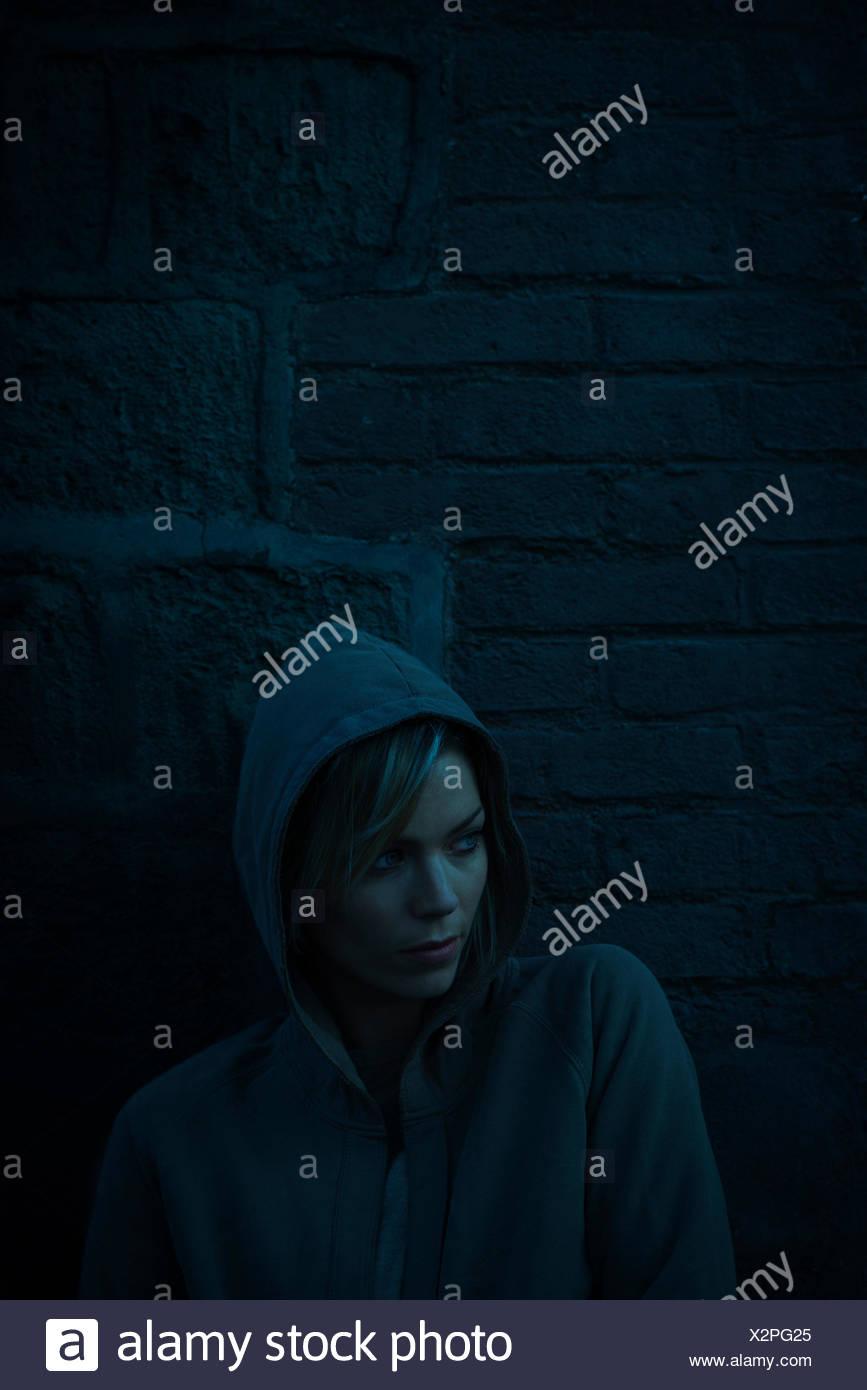 Donna che indossa felpa con cappuccio sul freddo giorno Immagini Stock