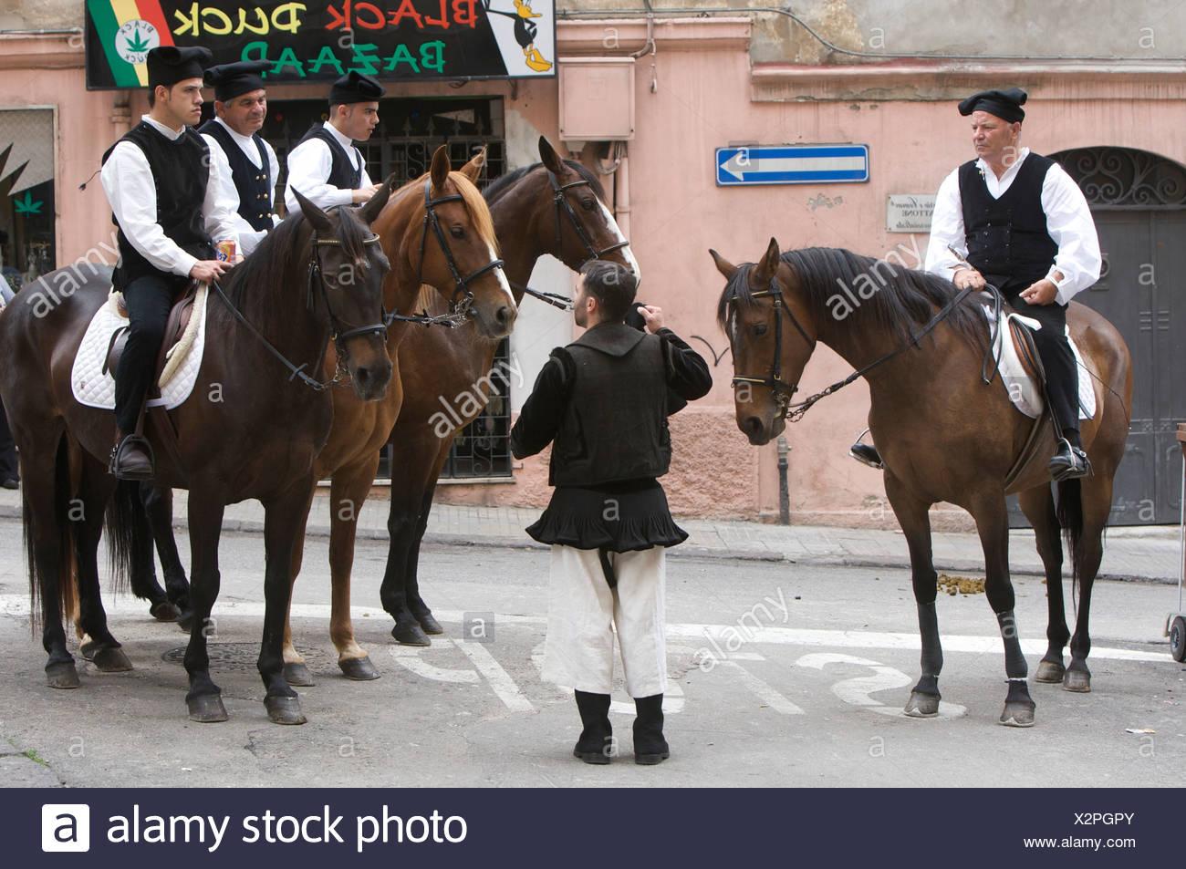 Equitazione indossando costumi tradizionali presso la cavalcata sarda  festival di Sassari 5b61eb5dc99