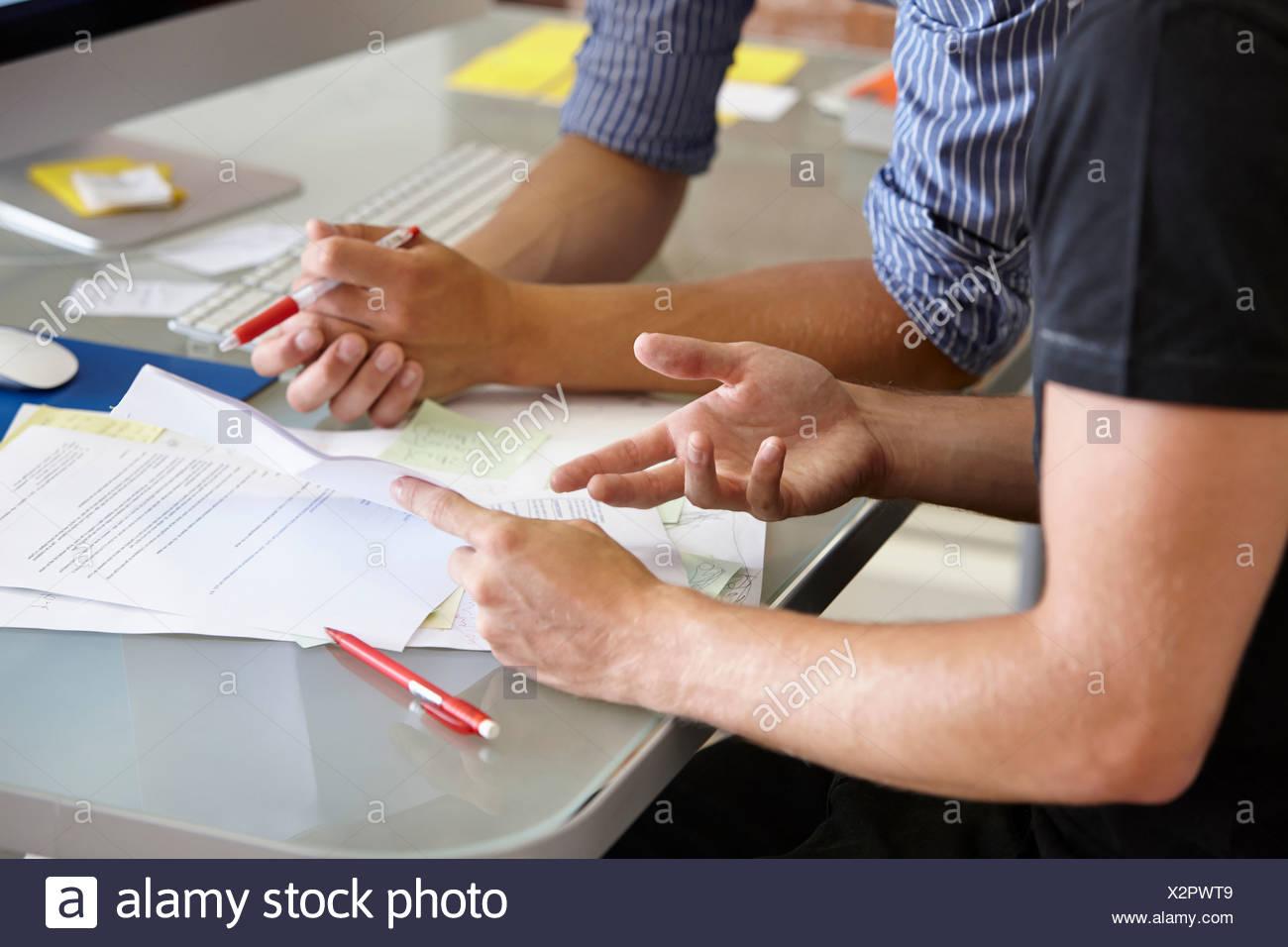 Due uomini con documenti, close up Immagini Stock