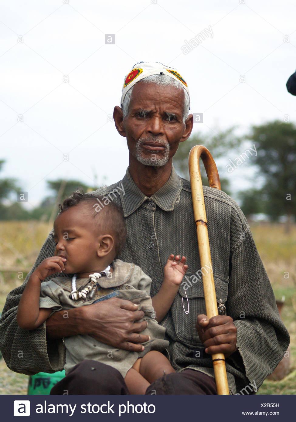 Uomo vecchio con un neonato in Uganda, Uganda Immagini Stock