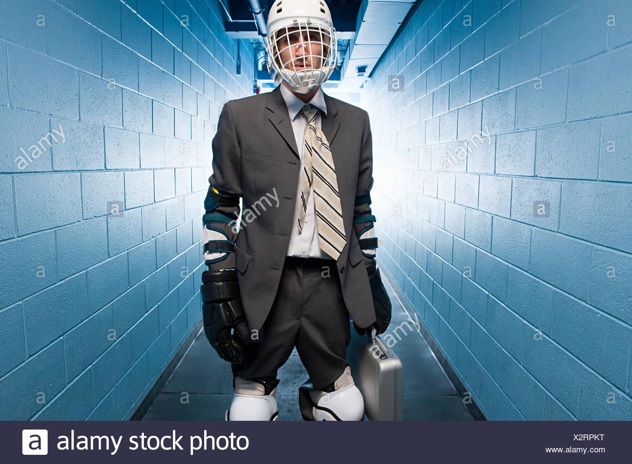 Imprenditore indossando un ice hockey Casco Immagini Stock