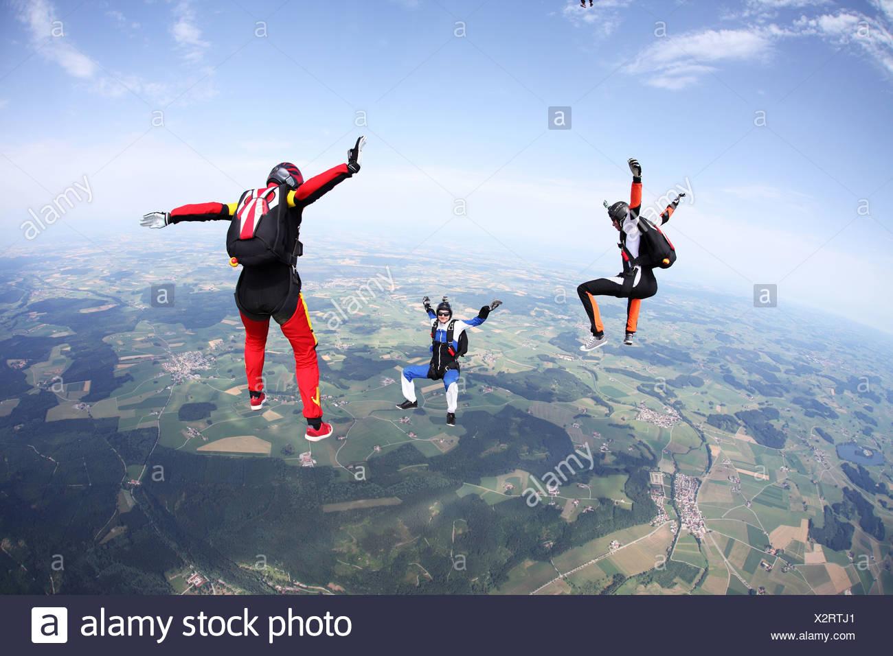 Tre skydivers in caduta libera al di sopra di Leutkirch, Baviera, Germania Immagini Stock