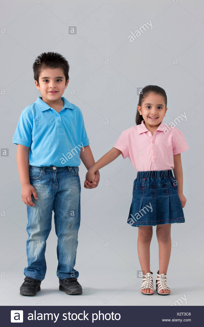 Fratello e Sorella e tenendo le mani Immagini Stock