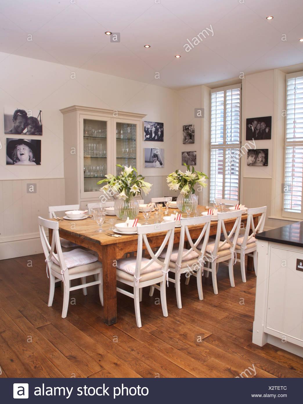 Sedie bianche in legno semplice tabella in bianca e moderna cucina ...