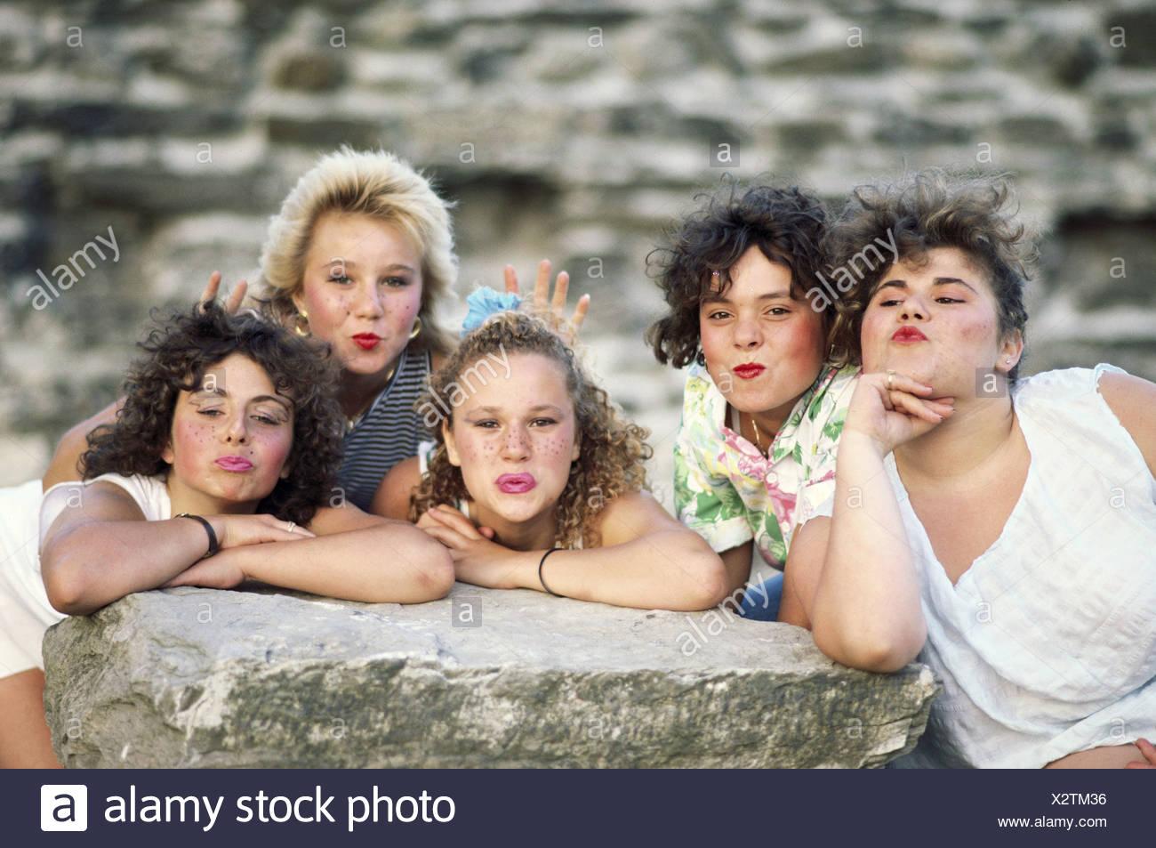 Costituito il gruppo ragazza ridere greasepaints gioca ragazzi adolescenti amuses Immagini Stock