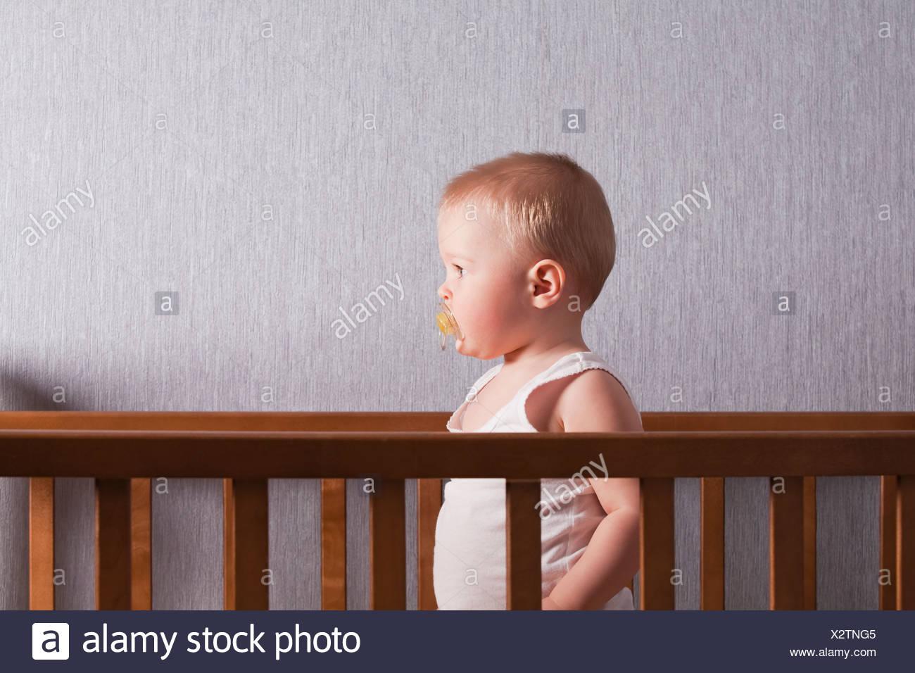 Russia, Voronezh, baby boy (12-17 mesi) nel presepe Immagini Stock