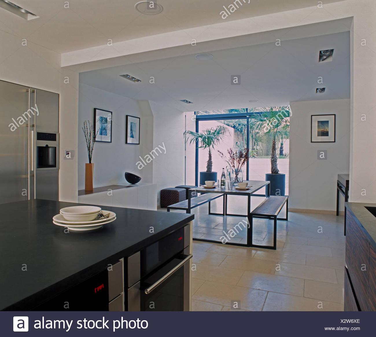 Grigio scuro unità isola nella moderna cucina a pianta aperta la ...