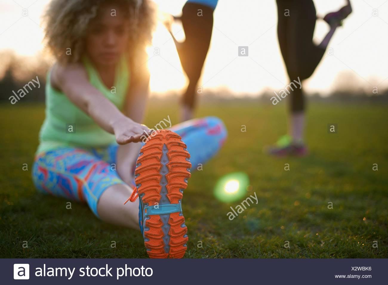 Ritratto di donna stretching prima di esercitare in posizione di parcheggio Immagini Stock