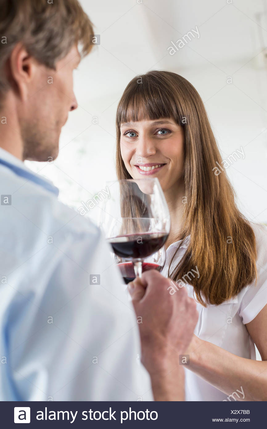Giovane con un bicchiere di vino insieme Immagini Stock