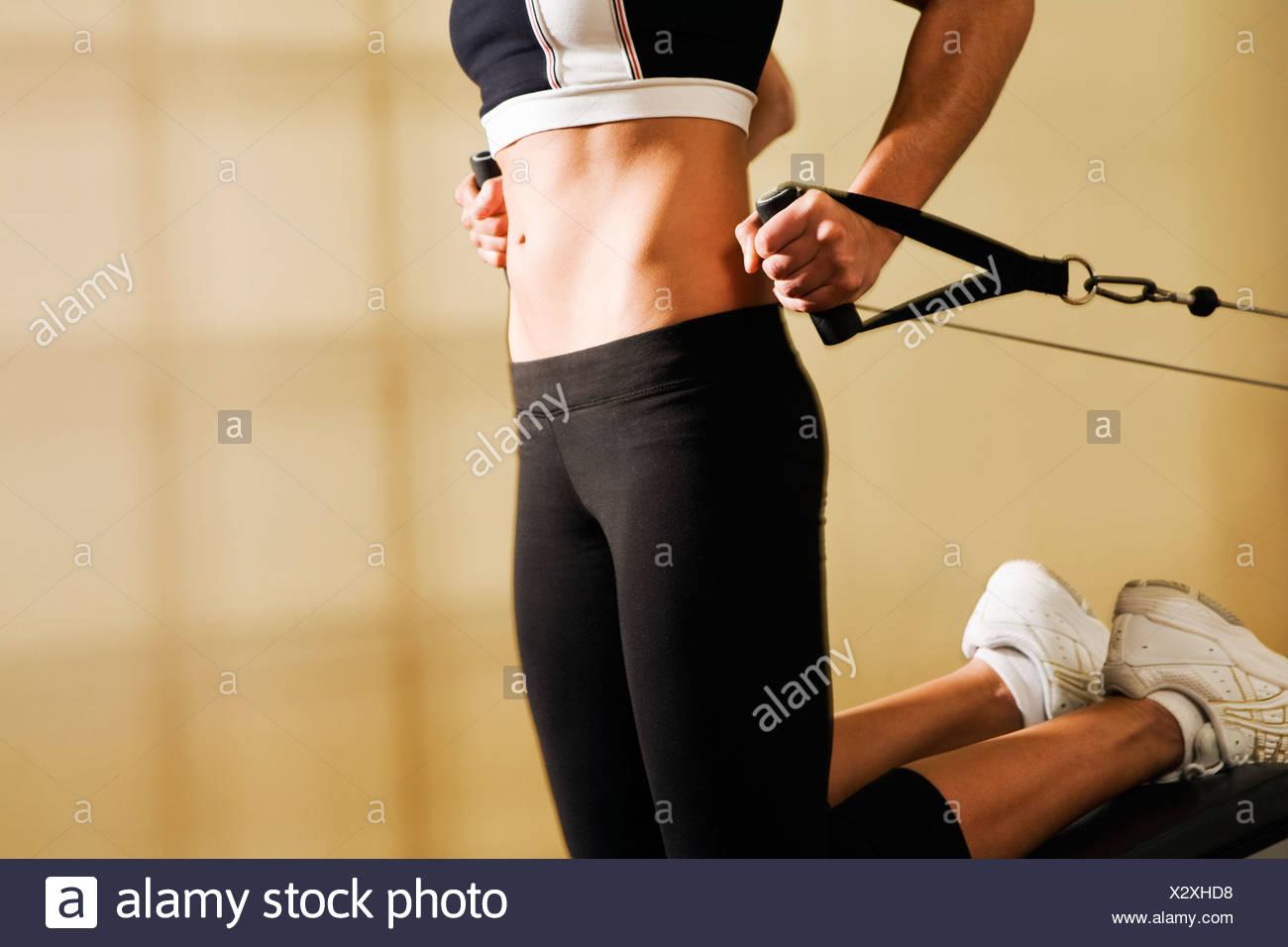 Il torso Shot della giovane donna formazione In Palestra Immagini Stock