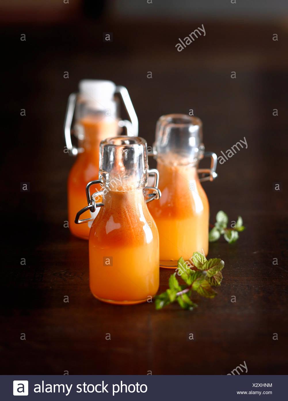 Apple,arancio e succo di carota Immagini Stock