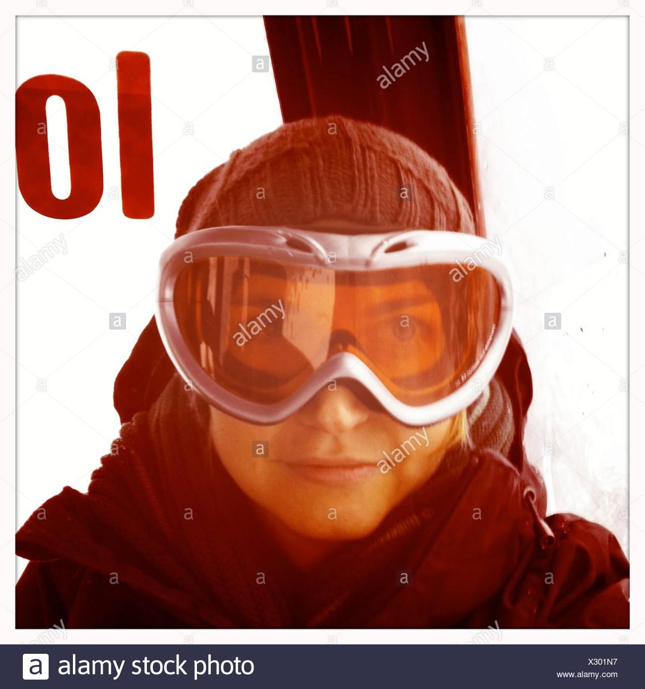 Metà donna adulta indossando occhiali da sci Immagini Stock