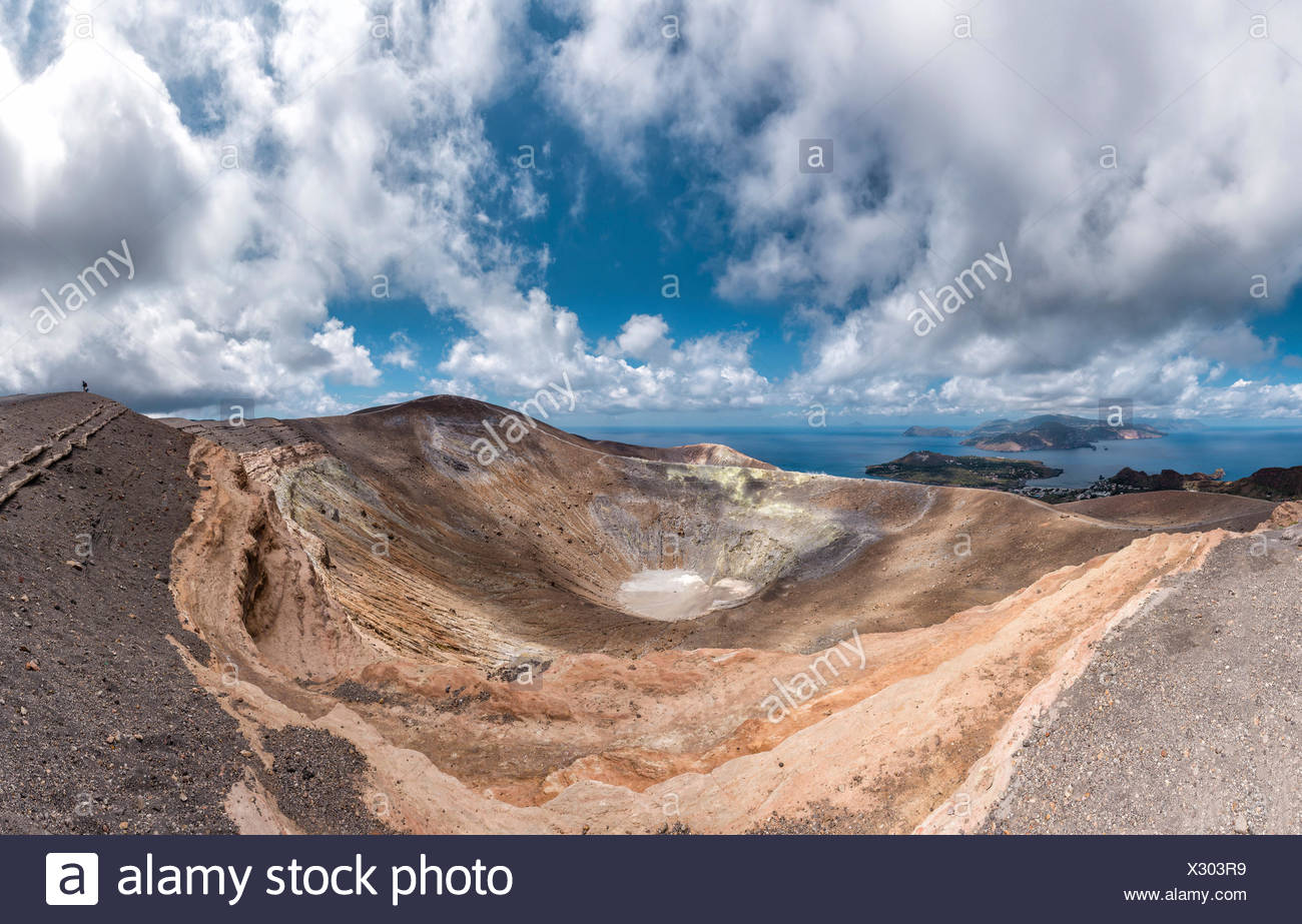 Vulcano Gran Cratere con una vista a Lipari Immagini Stock