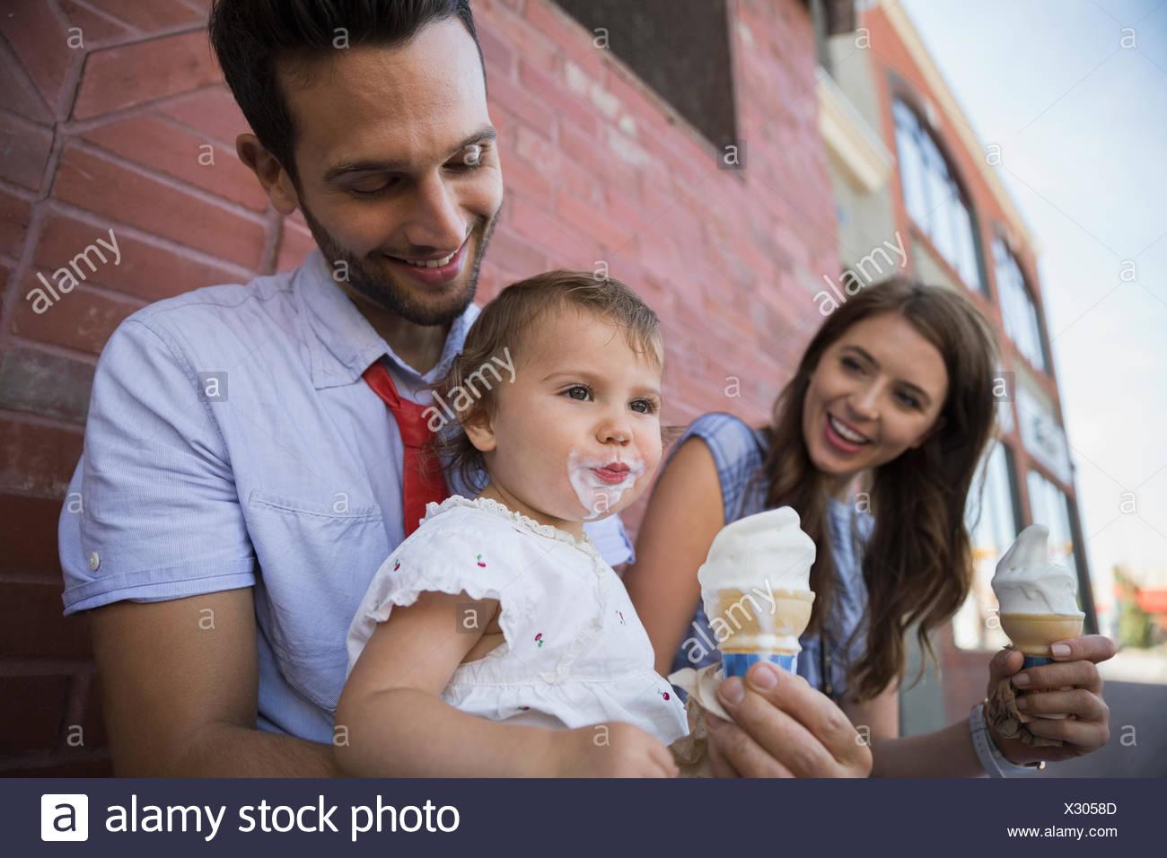 Padre figlia di contenimento con ghiaccio disordinato crema viso Immagini Stock