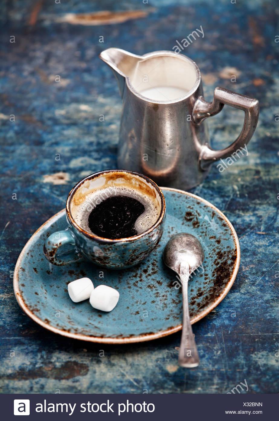 Tazza da caffè su sfondo blu Foto Stock